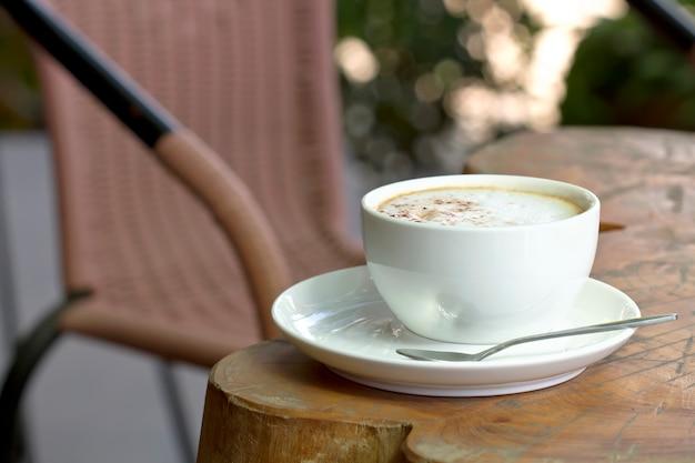 木製テーブル上のホットコーヒー