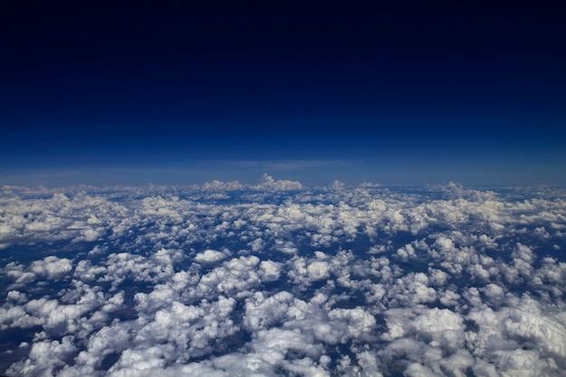飛行機の高い角度から見た空(雲)の雲