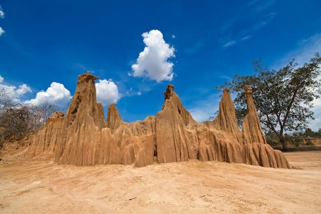 Невидимый таиланд, скульптура красивых природных чудес обвала песчаного грунта в парке лалу в та прайя, са кео, таиланд