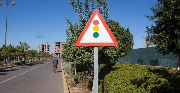 どうろひょうしき。道路標識。道路上の三重の光のサイン