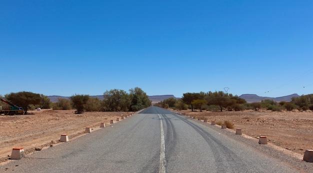モロッコの岩が多い砂漠の風景