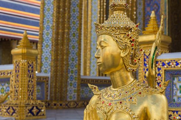 ワットプラケオ、バンコク、タイでゴールデンキンナリ像