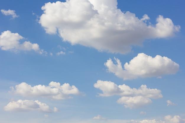 青い空を背景に雲