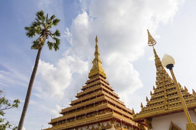 Красивый тайский храм с неба, провинция кхонкэн, таиланд