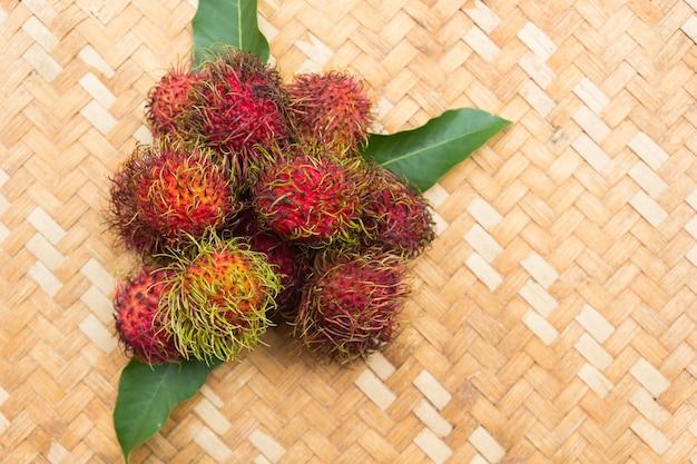 Свежий рамбутан на деревянной предпосылке, азиатский плодоовощ от таиланда