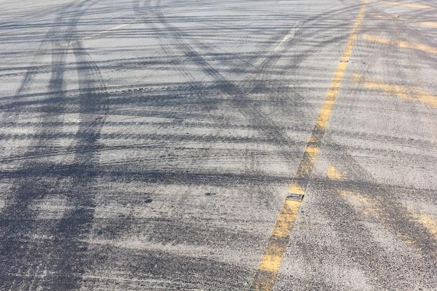 タイヤのトラックと抽象的な道路の背景