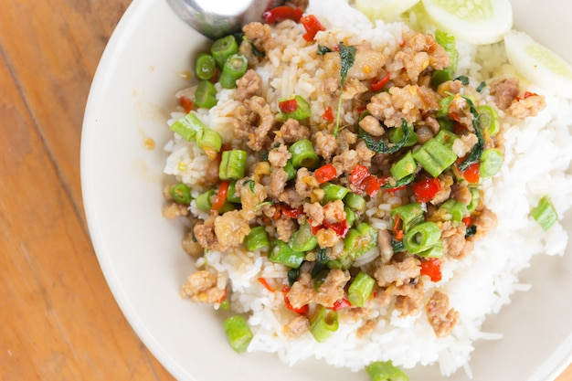 Рис с жареной свининой и базиликом