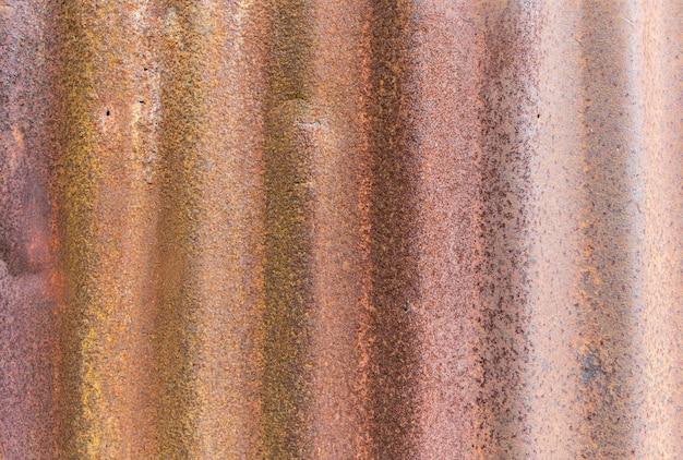 古い亜鉛屋根のクローズアップ