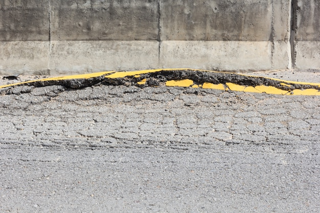 Заделывают трещины асфальтовой дороги