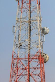 美しい空の背景と通信塔