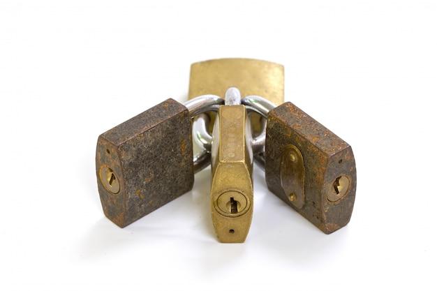 白い背景の上のロックされた南京錠