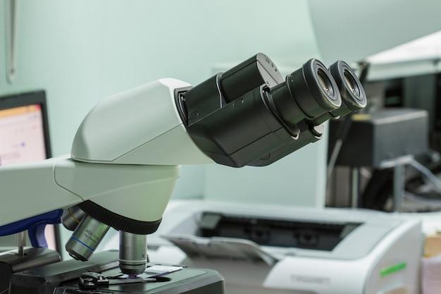 実験室病院、医療機器および健康概念、セレクティブフォーカスの顕微鏡