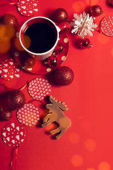 Украшение игрушки с кофе в сезон приветствие рождеством опора на красном фоне боке света