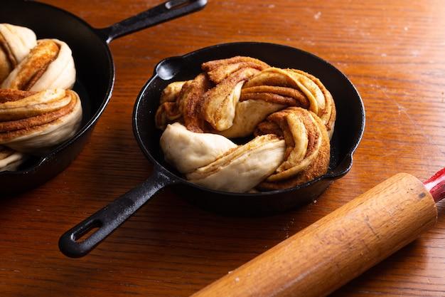 コピースペースを持つシナモンロール編みパンのためにパンを作ったフードベーカリーコンセプト