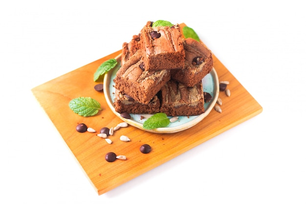 健康食品のコンセプト自家製有機ファッジヒマワリの種バターブラウニー白い背景で隔離