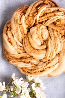 コピースペースとアップルシナモンロール編みパンのためにパンを作った食品ベーカリーコンセプト