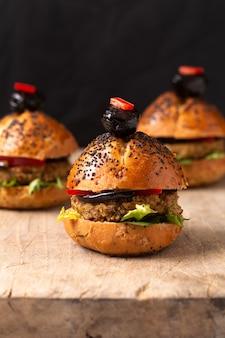 健康食品のコンセプト木の板に自家製ミニハンバーガー