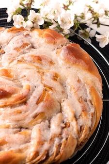 Пищевая концепция хлебобулочных свежеиспеченное домашнее яблоко корица ролл плетеный хлеб с копией пространства