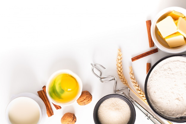 食品ベーキングコンセプトベーカリー準備と食材を作る白パン生地