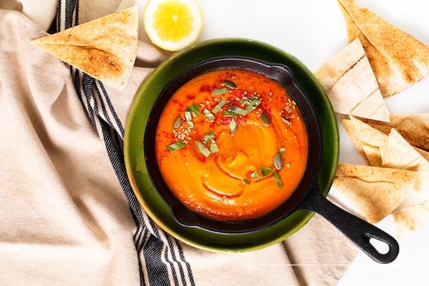 健康食品のコンセプトコピースペースを持つフライパン鉄自家製カボチャフムス