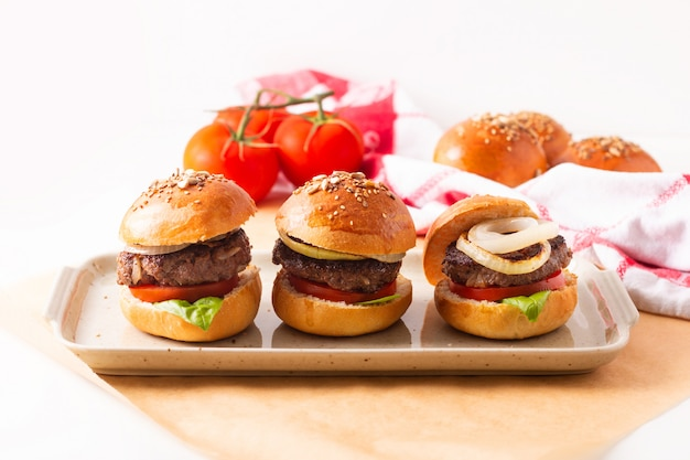 食品のコンセプト自家製ビーフハンバーガーをコピースペースを持つ白の正方形の皿の上で提供します。