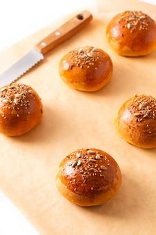 茶色の羊皮紙紙に食品のコンセプト自家製ハンバーグ