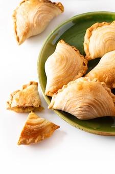 東南アジア起源の食品コンセプト自家製チキンカレーパフ