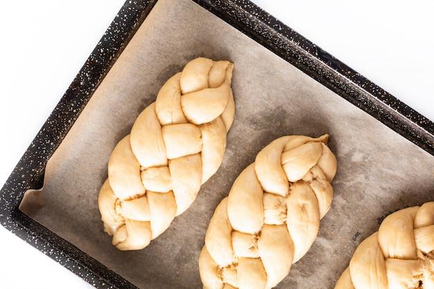 Самодельная пищевая концепция процесса плетения хлеба из оплетки из теста для халы