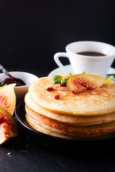 黒のイチジクの朝食と自家製の有機パンケーキスタック