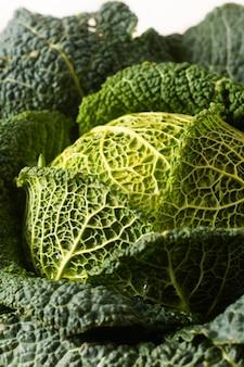 庭から新鮮な健康食品コンセプトクローズアップ有機緑サボイキャベツ