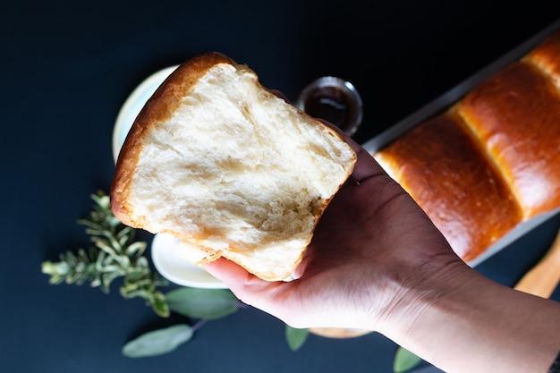 Концепция выпечки продуктов питания свежевыпеченный органический домашний мягкий хлеб из молочного хлеба в сковороде