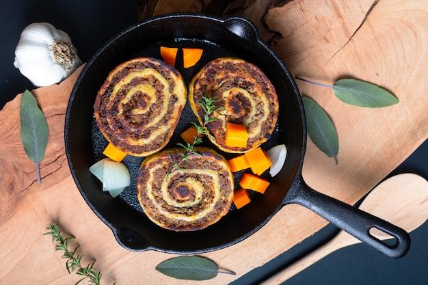 Эльзасские блюда из французской кухни, фаршированные яичным рулетом в сковороде на сковороде