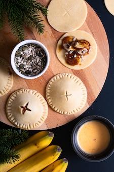 Обработка пищевой концепции для приготовления домашнего бананового пирога на черном фоне