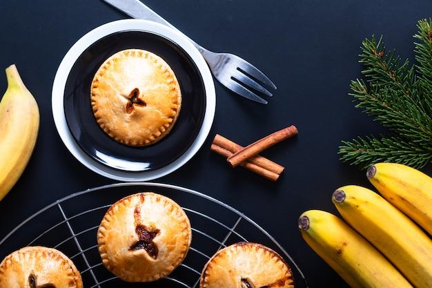 Пищевая концепция свежеиспеченный домашний банановый пирог на черном фоне