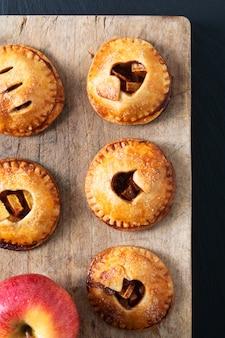 Еда валентина идея концепция свежеиспеченный домашний яблочный пирог с корицей на черном
