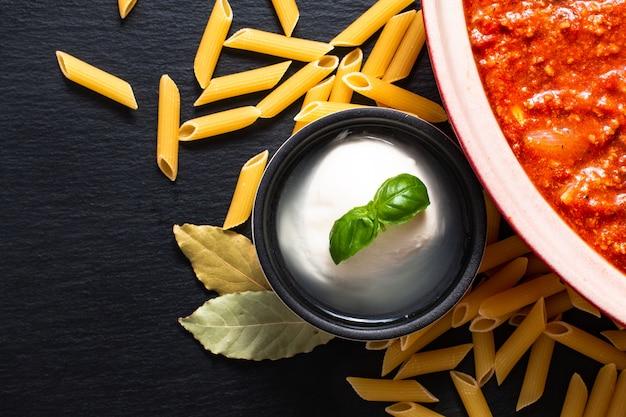Домашний медленный варочный болонский соус, сырой пенне и сыр моцарелла