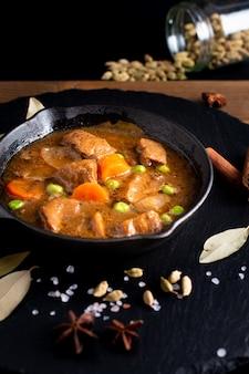 Концепция зимней еды домашняя органическая тушеная говядина или бургиньон в чугунной скобе
