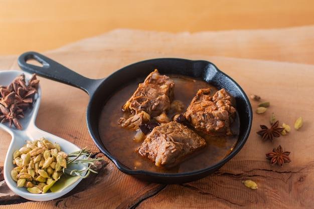 Концепция питания домашнее острое мясное рагу в чугунной сковороде с копией пространства