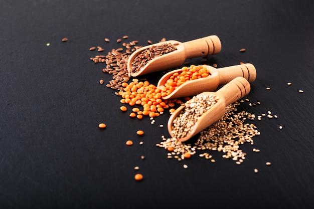 健康的な栄養食品コピースペース付き竹スクープの亜麻、ゴマ、オレンジレンズ豆の種子