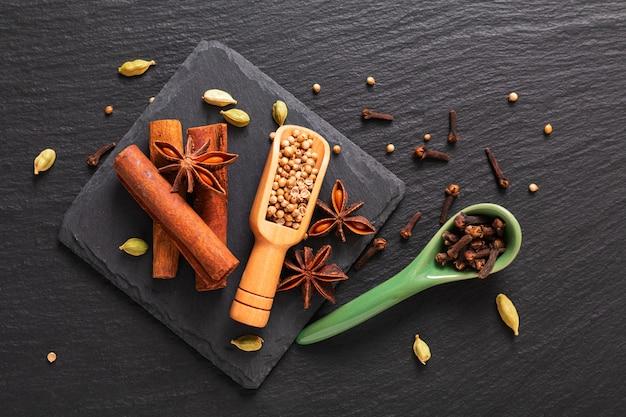 エキゾチックなハーブ食品のコンセプト有機スパイスシナモンスティックのミックス、カルダモンのさや