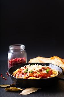 食品のコンセプト鋳鉄製の自家製スパゲッティボロネーゼ