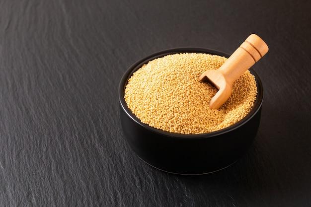 健康的な食品のコンセプト有機アマランス穀物コピースペース付きの黒いセラミックボウル