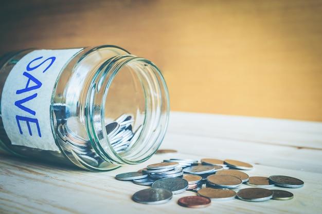Концепция денег сбережений монеткой в опарнике для растущего дела, дома или образования.