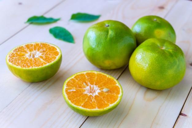 木製のテーブルに新鮮なオレンジ。