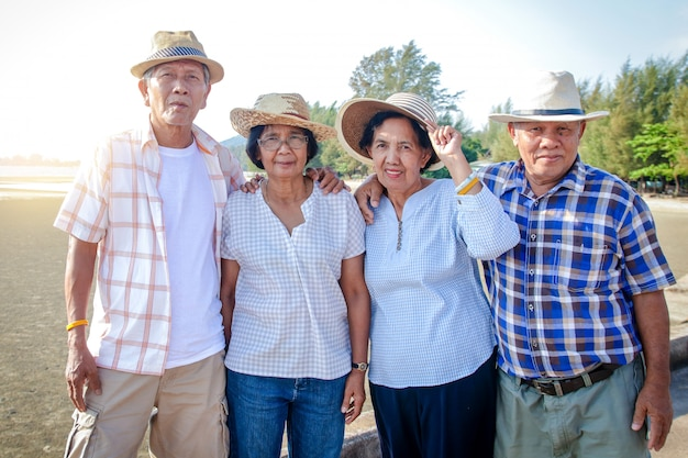 アジアの高齢者グループは、リラックスするために海を訪れます。