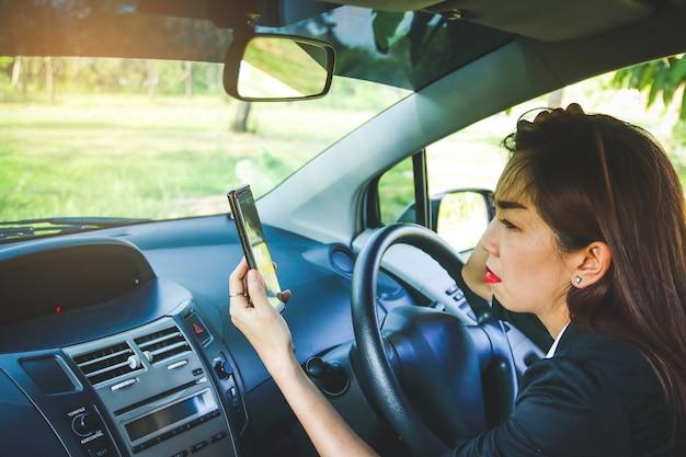Женщина сбилась с пути в лесу. ищем решение но без интернет-сигнала с телефона