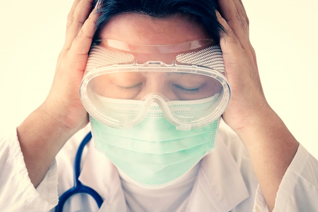 Врачи носят маски и защитные очки