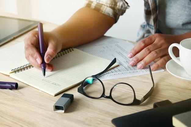男性は座って机の上に書く。
