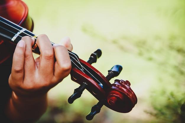 ヴァイオリンの少年が上手に遊ぶ練習を扱います。
