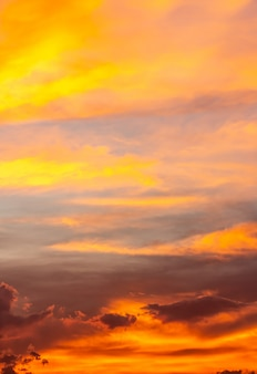 夕暮れのカラフルな空の背景。